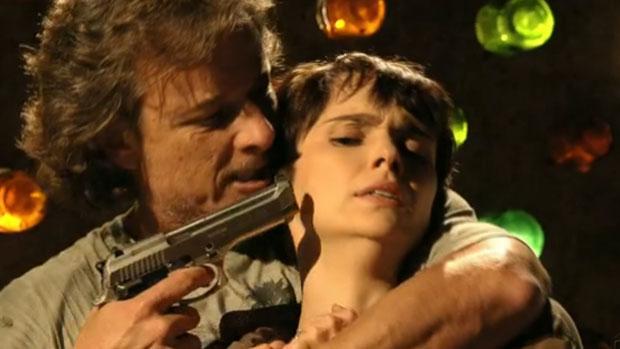 Max faz Nina refém antes de ser assassinado