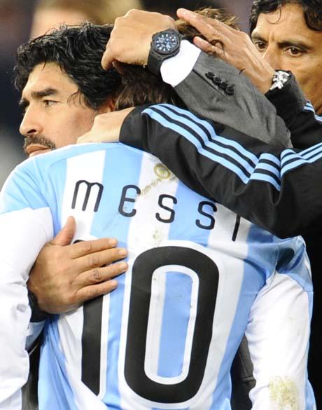 O técnico argentino Diego Maradona abraça o atacante Lionel Messi após a derrota de 4 a 0 para a Alemanha nas quartas de final
