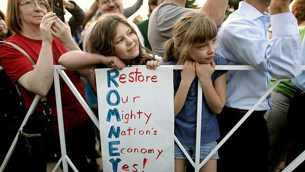 """Menina exibe cartaz com as iniciais de Romney formando a frase: """"Restaure a economia de nossa poderosa nação"""""""