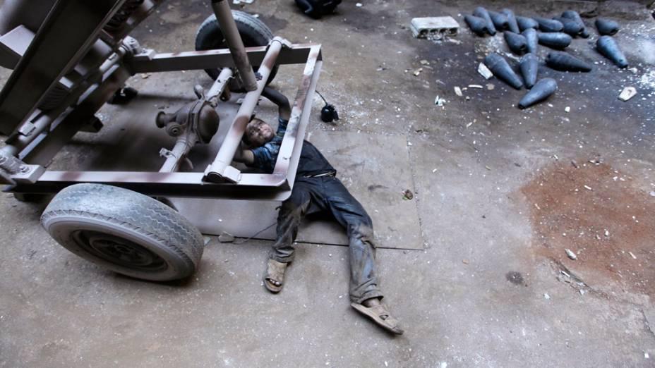 O jovem Issa, 10 anos, ajuda seu pai em uma fábrica que fornece armamentos para o Exército Livre da Síria, em Alepo