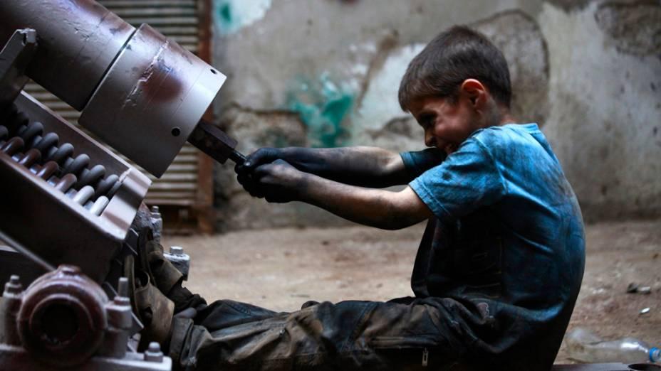 O jovem Issa ajuda seu pai em uma fábrica trabalhando 10 horas por dia, folgando apenas às sextas