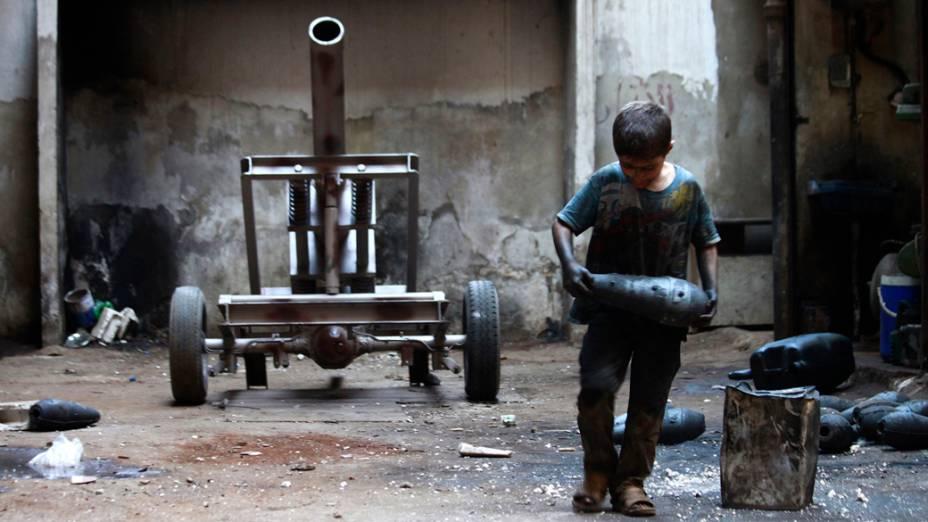 Menino trabalha em fábrica que fornece armamentos para o Exército Livre da Síria, em Alepo