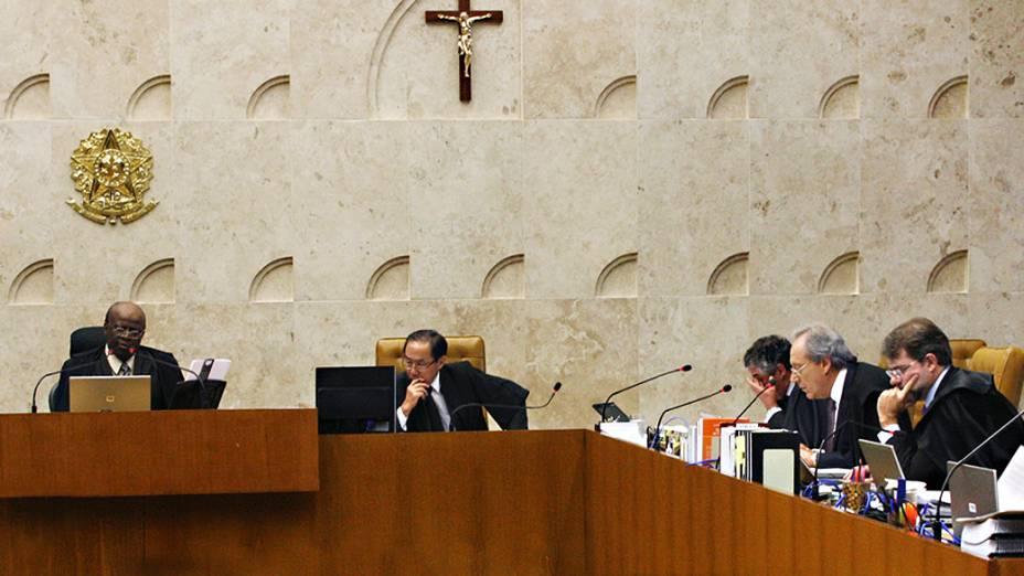 Os ministros do Supremo Tribunal Federal (STF), durante análise dos recursos apresentados pelas defesas dos 25 réus condenados pela corte, os chamados embargos, nesta quarta-feira (04)