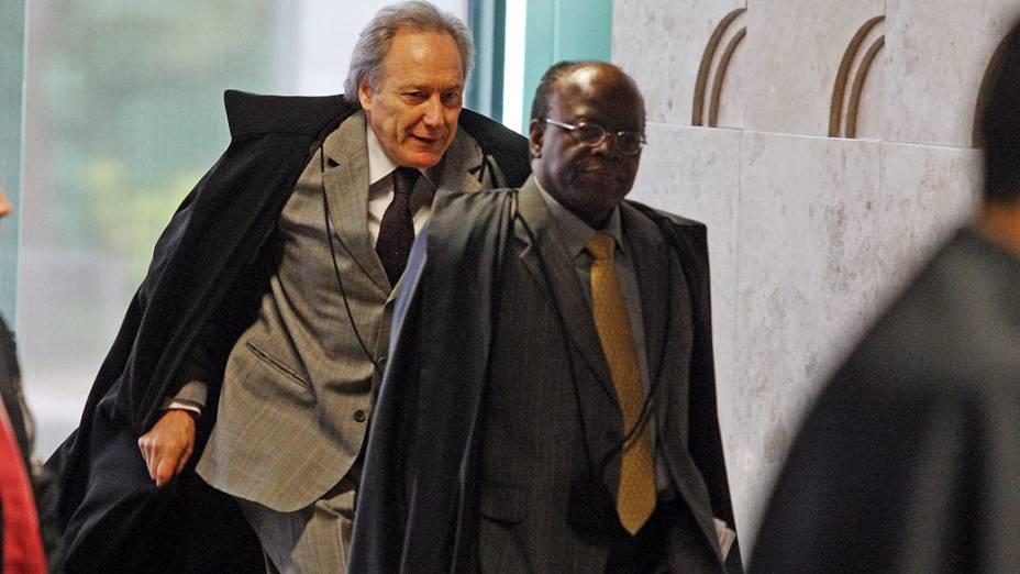 O relator do processo, ministro Joaquim Barbosa, e o revisor do processo, Ricardo Lewandowski(e), chegam ao plenário do Supremo Tribunal Federal (STF), em Brasília, para mais uma tarde do julgamento do processo do mensalão