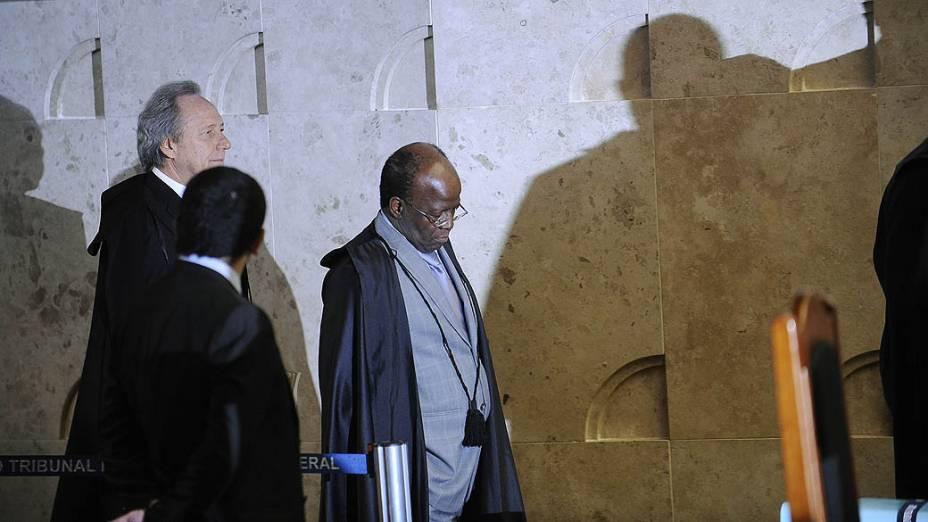 Os ministros do Supremo Tribunal Federal (STF), Ricardo Lewandowski e Joaquim Barbosa, chegam para o décimo quinto dia de julgamento do mensalão
