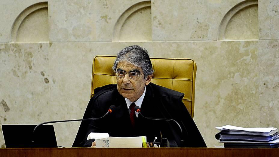 O presidente do Supremo Tribunal Federal (STF), Carlos Ayres Britto, vota no processo do mensalão
