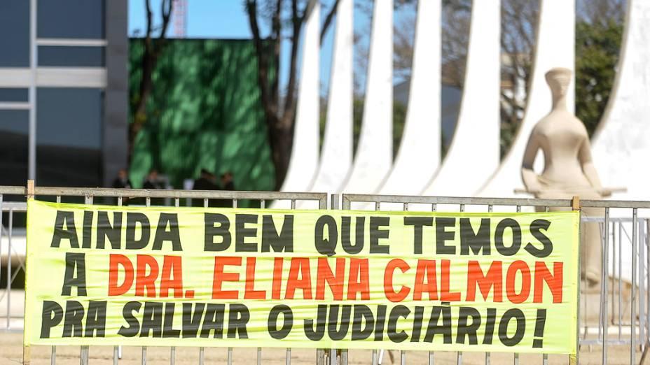 Do lado de fora do Supremo Tribunal Federal (STF) pessoas protestam durante julgamento o mensalão