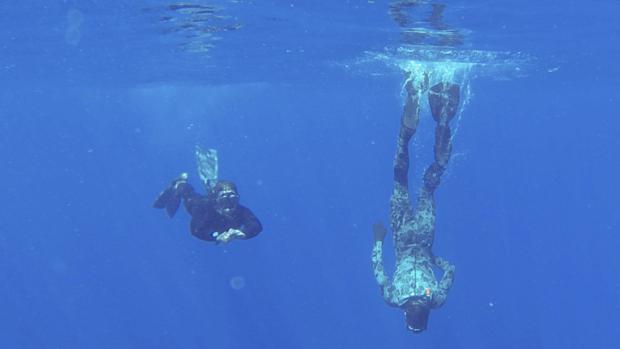 <p>Mergulhadores trabalham nas buscas pela aeronave desaparecida da Malaysia Airlines</p>