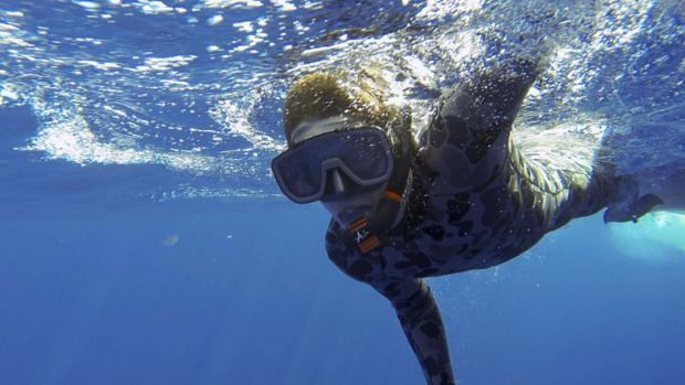 <p>Mergulhador trabalha nas buscas pela aeronave desaparecida da Malaysia Airlines</p>