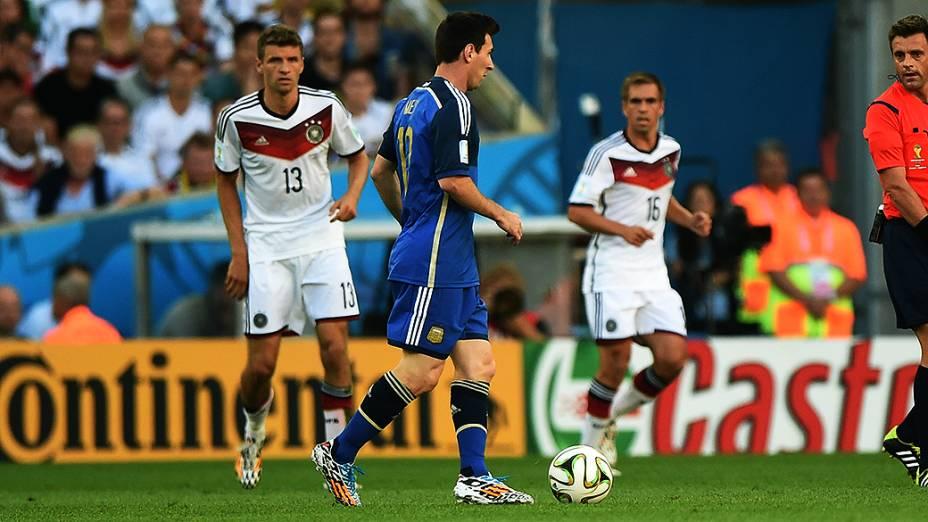 O argentino Zabaleta cabeceia a bola no jogo contra a Alemanha na final da Copa no Maracanã, no Rio