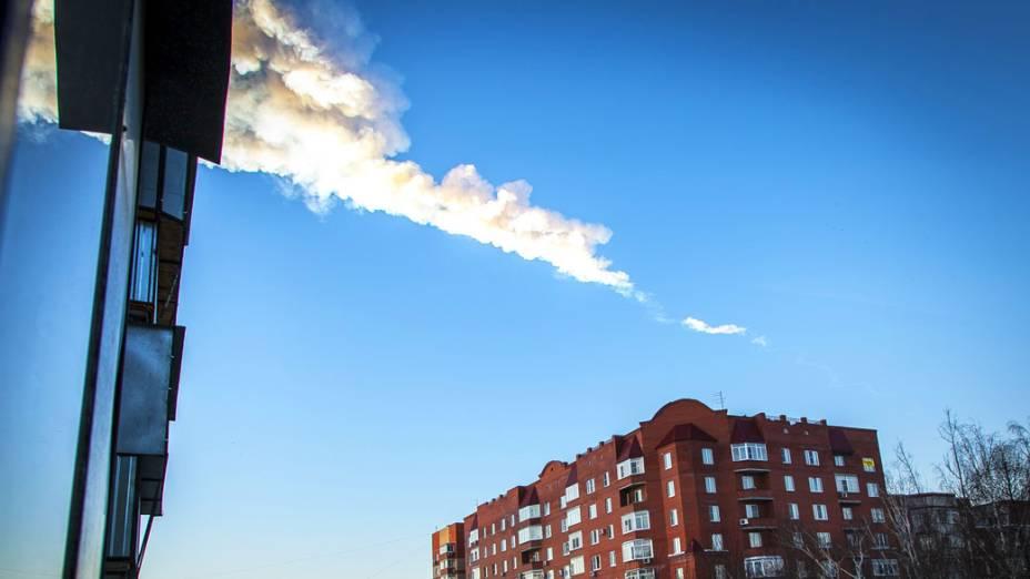 <p>Rastro deixado no céu pelo meteorito</p>