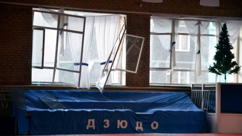<p>Janela de ginásio de esportes danificada pela queda de meteorito em Tcheliabinsk, na Rússia</p>