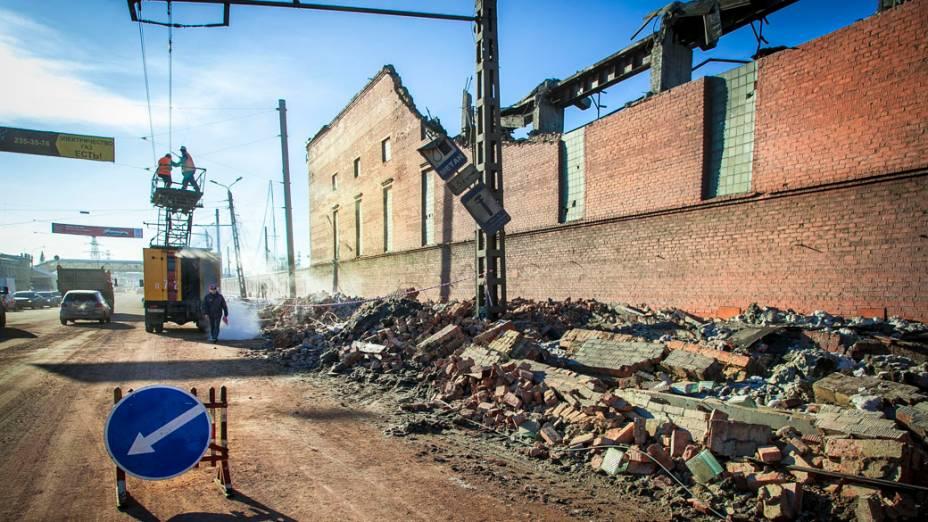 <p>Fábrica de zinco após ser atingida por meteorito na cidade de Chelyabinsk, Rússia</p>