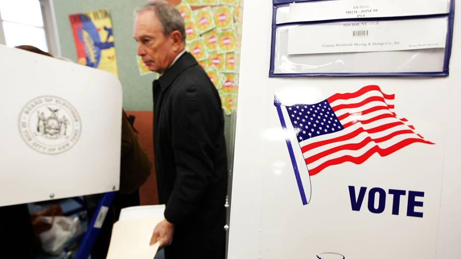 Prefeito de Nova York, Michael Bloomberg, visita sua seção eleitoral para votar