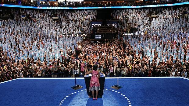 A primeira-dama dos Estados Unidos, Michelle Obama, discursa na convenção democrata