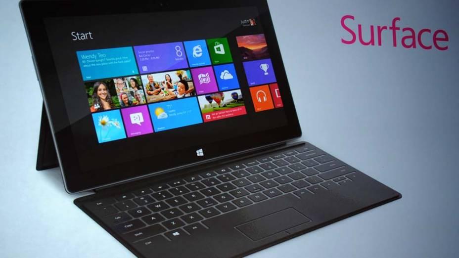 Um dos assessórios é uma capa que contém um teclado. Ela se conecta ao Microsoft Surface por meio de imãs, tampando apenas a tela do tablet quando fechada. Quando a capa está aberta, o tablet e o teclado juntos parecem um laptop.