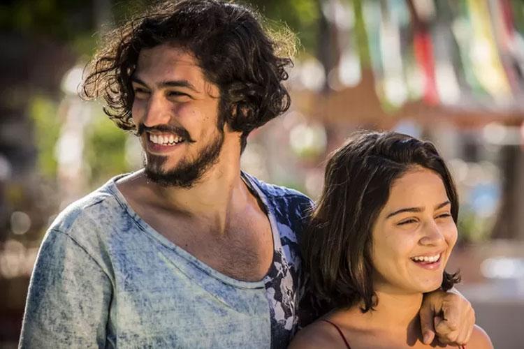 Miguel (Gabriel Leone) e Olívia (Giullia Buscacio))