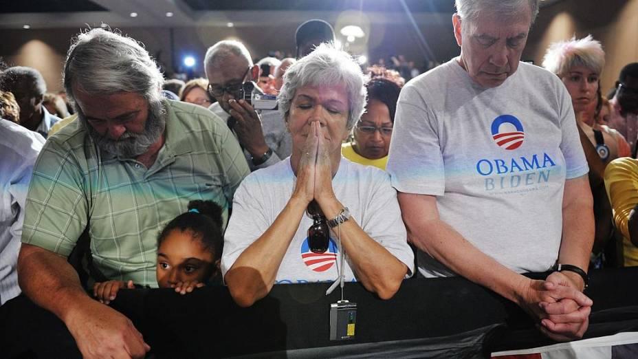 Militantes de Obama fazem 1 minuto de silêncio pelas vítimas do Colorado: evento de campanha foi cancelado após o ataque