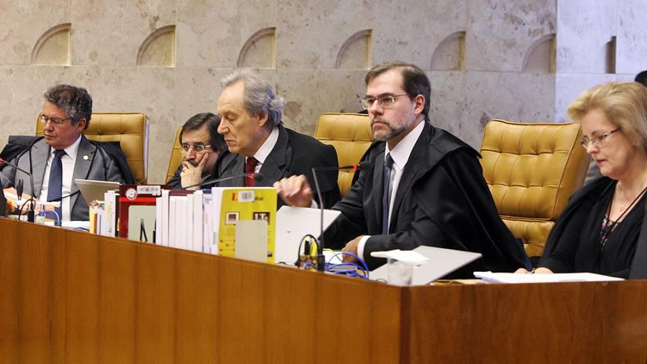 Ministros durante o terceiro dia de apresentação da defesa dos réus do mensalão, em 08/08/2012