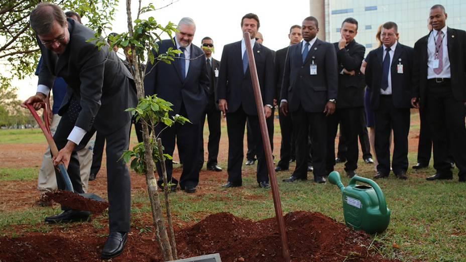O ministro José Antonio Dias Tofffoli planta mudas de árvore no Bosque dos Ministros, na área externa do STF(Supremo Tribunal Federal), no intervalo do julgamento do mensalão, em Brasília