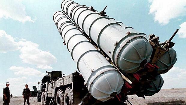 Mísseis russos S-300, do tipo que teria sido enviado à Síria
