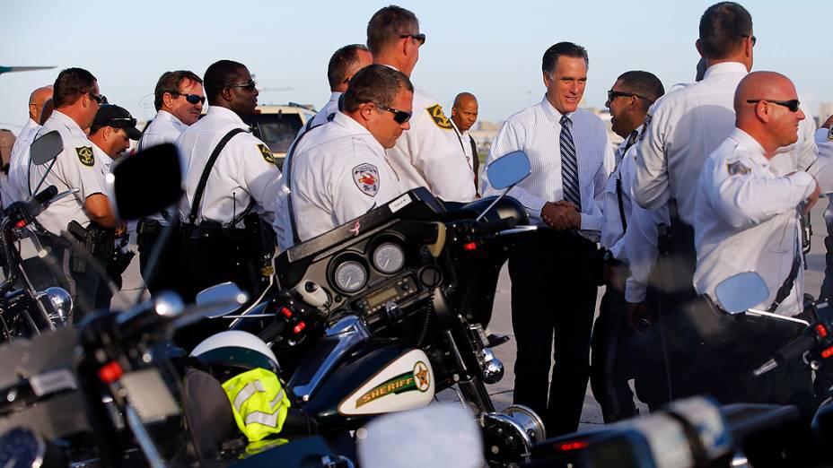 Mitt Romney, candidato republicano a presidente dos Estados Unidos, conversa com policiais, na Flórida nesta terça-feira