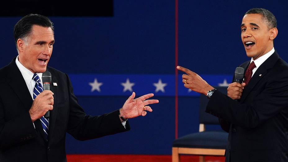O presidente dos Estados Unidos e candidato democrata à reeleição, Barack Obama, e seu rival republicano, Mitt Romney, durante o segundo debate presidencial