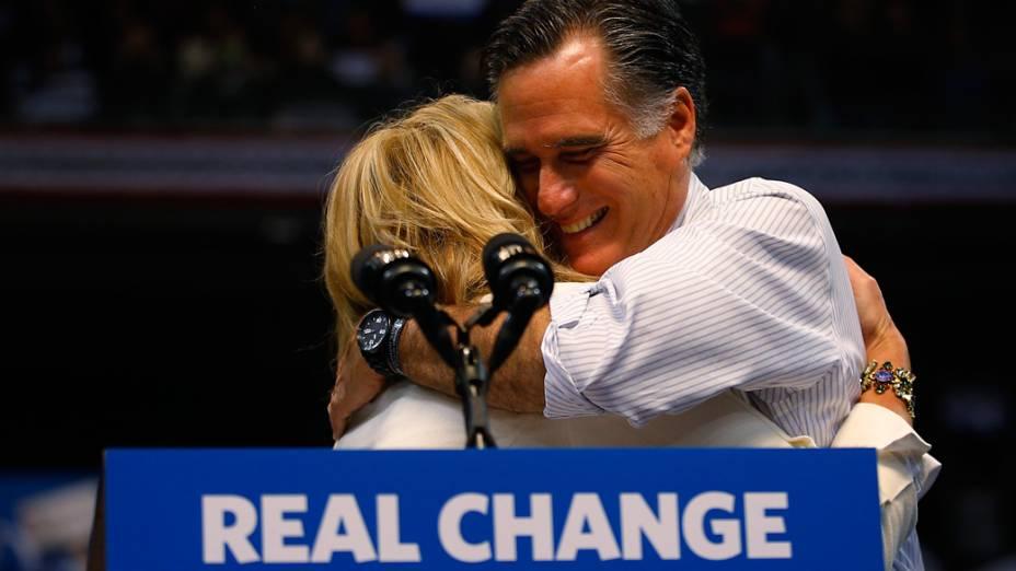 Candidato republicano Mitt Romney abraça sua esposa Ann durante o último dia de campanha em Manchester, New Hampshire