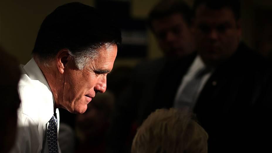 O candidato republicano Mitt Romney cumprimenta eleitores em Pittsburgh, Pennsylvania