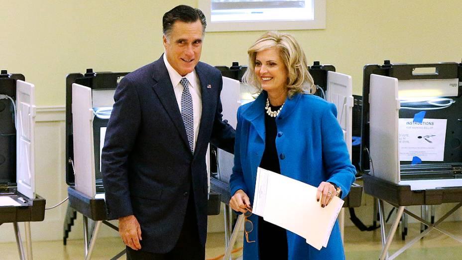 O candidato Mitt Romney e a mulher, Ann, votam em Belmont, Massachusetts