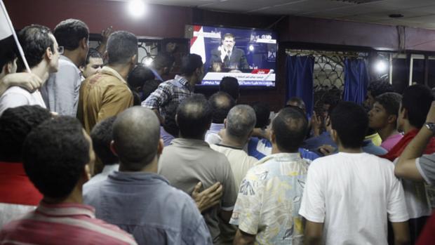 Opositores ao governo acompanham pronunciamento do presidente egípcio Mohamed Mursi na TV