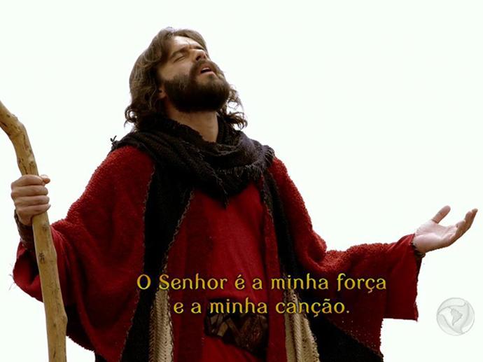 <p>Moisés (Guilherme Winter) canta após abertura do Mar Vermelho em Os Dez Mandamentos</p>