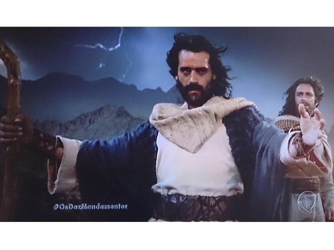 <p>Moisés (Guilherme Winter) invoca a sétima praga em Os Dez Mandamentos</p>