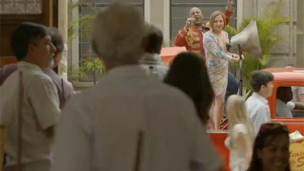 Monalisa (Heloísa Périssé) vai chegar a Tufão (Murilo Benício) para pedi-lo em casamento sobre um carro de som, ao lado de Silas (Ailton Graça)