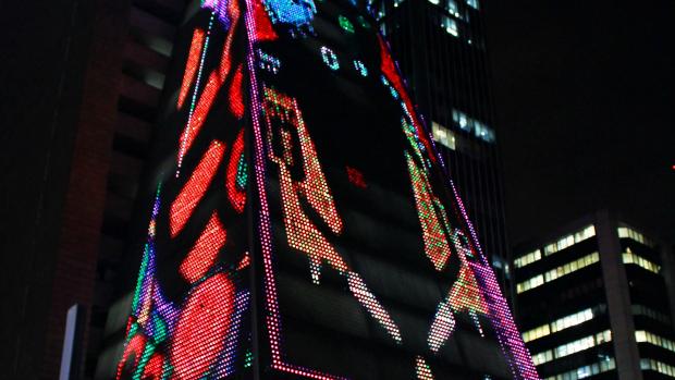 Mostra PLAY! transforma prédio da SESI/FIESP, na Avenida Paulista, em tela para transeuntes jogarem videogame