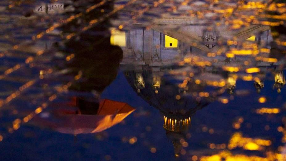 Reflexo de fieis na Praça São Pedro, no Vaticano