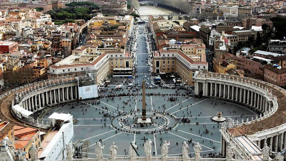 Fiéis acompanham na praça de São Pedro, no Vaticano, missa que antecede início do conclave que escolherá novo papa