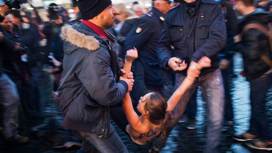 Ativistas do Femen fazem protesto na praça de São Pedro enquanto o conclave acontece, no Vaticano
