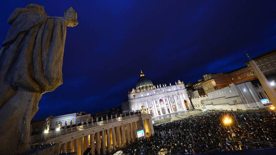 Praça São Pedro fica lotada no início da noite a espera do resultado do conclave