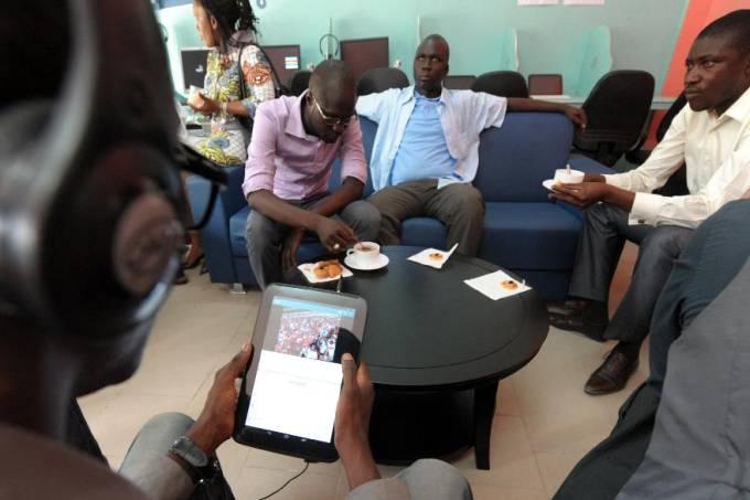 movimento-de-clientes-no-primeiro-tabletcafe-do-mundo-em-dacar-no-senegal-original.jpeg