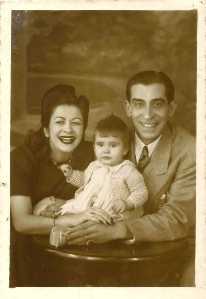 Marília Pêra (com menos de 1 ano de idade) e seus pais, Dinorah Marzullo e Manuel Pêra, em 1943