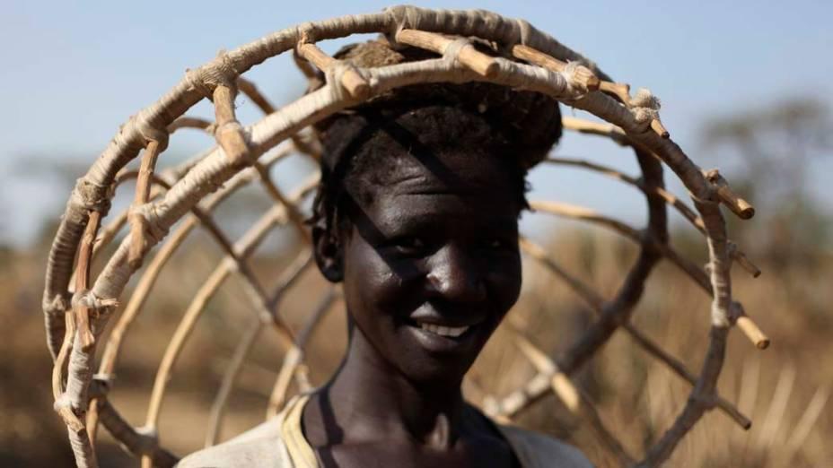 Mulher sudanesa carrega cesta em Doro, Sudão do Sul