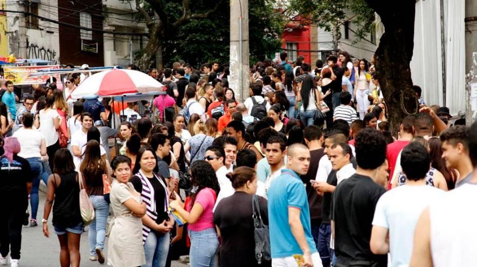 Multidão aguarda para a realização do Enem 2013 neste domingo