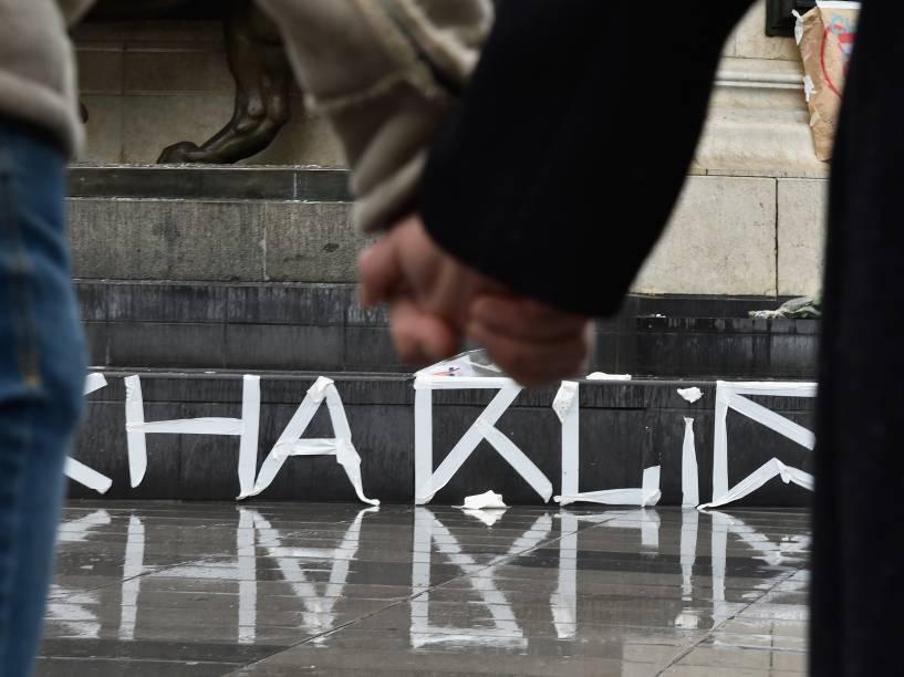 Pessoas prestam um minuto de silêncio em frente à catedral de Notre Dame, em Paris, em memória das vítimas do ataque à redação da revista Charlie Hebdo - 08/01/2015
