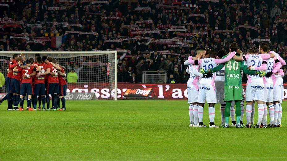 Jogadores de Lille e Evian fazem um minuto de silêncio antes da partida<br><br>