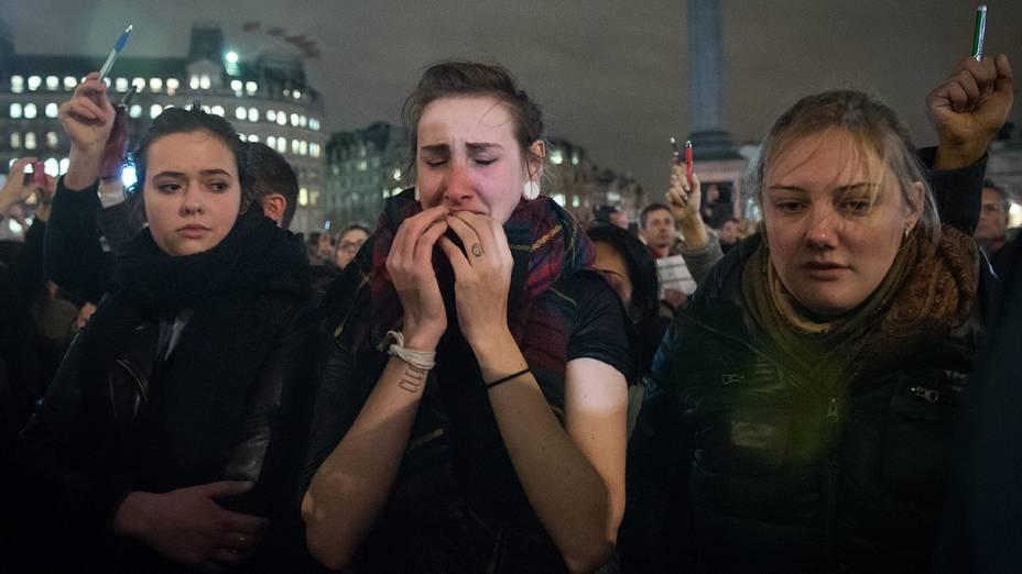 Pessoas emocionadas se reúnem na Place de la Republique (Praça da República), em Paris, para homenagear as vítimas do ataque feito por homens armados e encapuzados que abriram fogo e mataram ao menos 12 pessoas na sede da revista Charlie Hebdo, nesta quarta-feira (07)