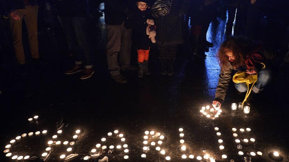 Pessoas acendem velas formando o nome Charlie, na Place de la Republique (Praça da República), em Paris, para homenagear as vítimas do ataque feito por homens armados e encapuzados que abriram fogo e mataram ao menos 12 pessoas na sede da revista Charlie Hebdo, nesta quarta-feira (07)