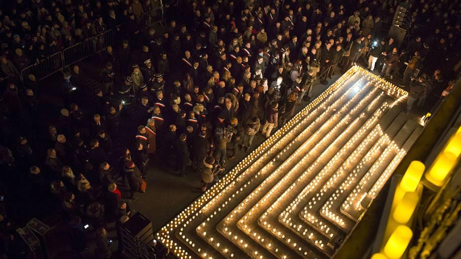 Pessoas acendem velas, em Lyon, para homenagear as vítimas do ataque feito por homens armados e encapuzados que abriram fogo e mataram ao menos 12 pessoas na sede da revista Charlie Hebdo, nesta quarta-feira (07)