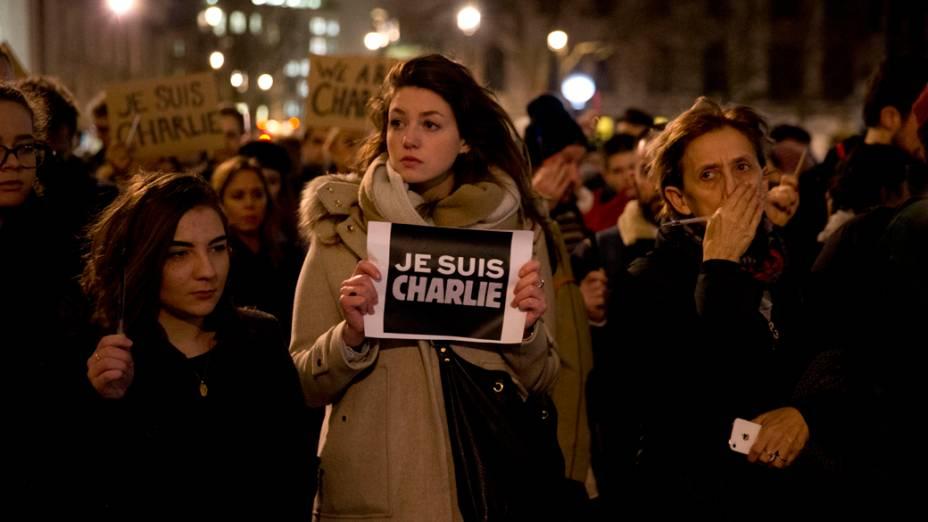 """Ingleses reunidos na praça Trafalgar, no centro de Londres, seguram canetas e cartazes com a mensagem """"eu sou Charlie"""" em homenagem às vítimas do ataque à sede da revista Charlie Hebdo, em Paris"""