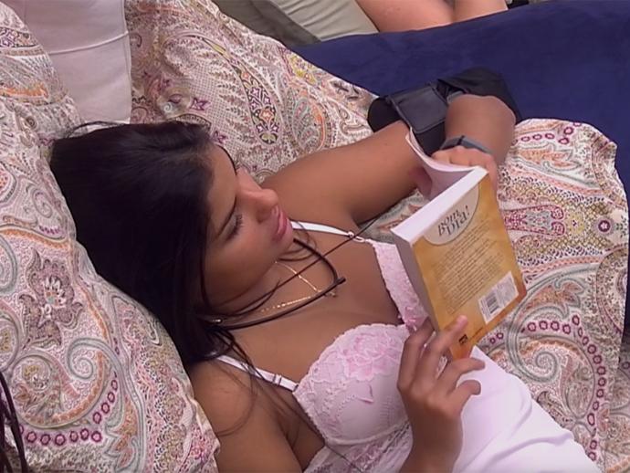 Munik lê livro no BBB16